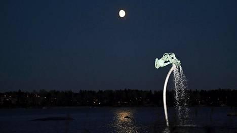 Free fall -veistos on Ruotsin lahja 100-vuotiaalle Suomelle.