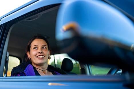 """Mia Laine on innoissaan uudesta """"laatikkomaisesta"""" autostaan, jonka hän juuri käynyt katsastamassa."""