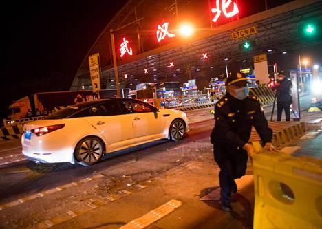 Moottoritien liikenne-esteet purettiin Wuhanin pohjoispuolella 11 viikon jälkeen keskiviikkona.
