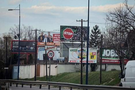 Unkarin hallituspuolue Fidesz kampanjoi vaalien alla maahanmuuttovastaisella teemalla ja mainoksella, jossa ei ole lainkaan tekstiä tai logoja, vaan vain kuva, jossa on ihmisjoukon päällä stop-merkki.