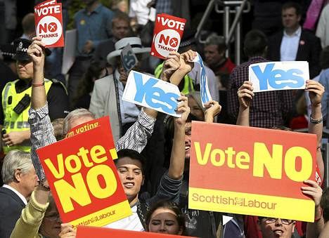 Itsenäisyyden puoltajia ja vastustajia Glasgow'ssa Skotlannissa torstaina.