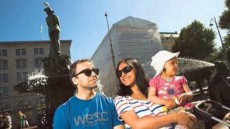 Espoolaiset Marcus ja Mahsa Malka toivat sunnuntaina kaksivuotiaan tyttärensä Emily Malkan ihmettelemään Helsinkiä. He viettivät juhannuspyhät kotonaan ja Mahsa Malkan vanhempien luona Espoossa.