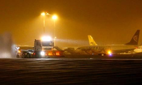 East Midlandin lentokenttää aurattiin  perjantaina lumesta lähellä Derbyä.