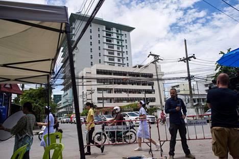 Median edustajat raportoivat torstaina Prachanukrohin sairaalalta, missä luolasta pelastettuja hoidettiin karanteenissa.