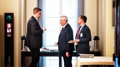 Hallitustunnustelija Antti Rinne (kesk.) tiistaina Eduskuntatalossa Sdp:n eduskuntaryhmän puheenjohtajan Antti Lindtmannin ja puoluesihteeri Antton Rönnholmin kanssa.