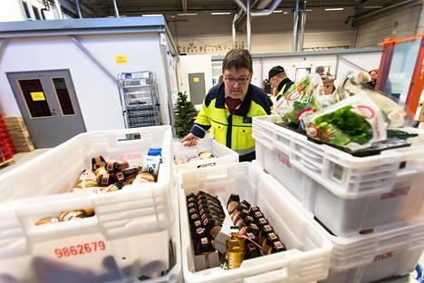 Asko Mäkelä kävi läpi Vantaan Yhteinen pöytä -hankkeen isoon kylmävarastoon saapuneita elintarvikkeita joulukuussa 2017.