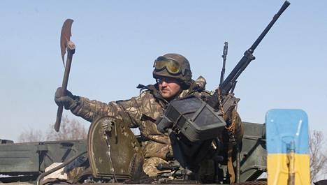 Kohti taistelujen etulinjaa Artemivskin lähistöllä viime sunnuntaina liikkuneen Ukrainan armeijan sotilas piteli kädessään kirvestä.