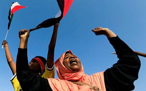 Nainen lauloi ja juhli sopimusta vallanjaosta perjantaina Sudanin pääkaupungin Khartumin kadulla.