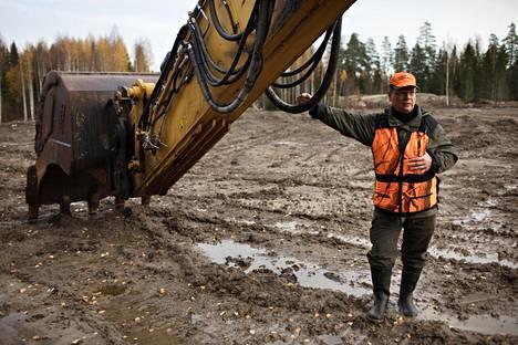 Ralf Sontag esitteli pellonpohjatyömaata kotitalonsa takana Vantaan Vestrassa. Isäntä on raivannut uutta peltoa metsään, koska vanhan pellon kunnostus on jäissä.