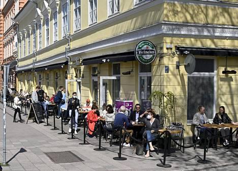 Ihmiset nauttivat auringosta ravintola Blankon terassilla Turussa tiistaina 11. toukokuuta 2021.