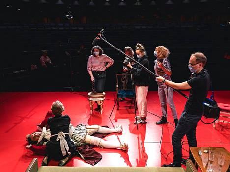 Kuninkaalle (Kari Arffman) käy hassusti Helsingin kaupunginteatterin murhamysteerissä Murder at the Theatre.