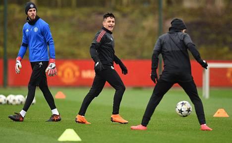 Manchest Unitedin maalivahti David de Gea katseli, mikä Alexis Sanchezia (kesk.) ja Juan Mataa naurattaa joukkueen harjoituksissa Carringtonin harjoituskeskuksessa maanantaina.