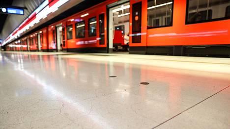 Pääkaupunkiseudun metroliikenne katkesi maanantai-iltana.