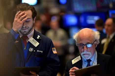 Meklarit työskentelivät New Yorkin pörssissä maanantaina, kun osakekurssit laskivat eniten kahteen vuoteen.