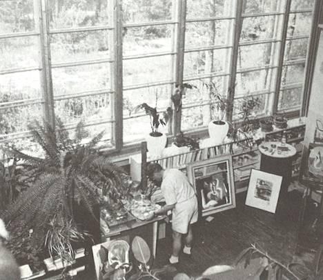 Taitelija Birger Carlstedt rakennutti itselleen ateljeetalon äitinsä kesähuvilan tontille Matinkylään 1920- ja 1930-lukujen taitteessa.