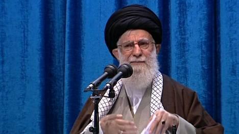 Iranin korkein johtaja Ali Khamanei saarnasi Teheranissa ennen perjantairukousta.
