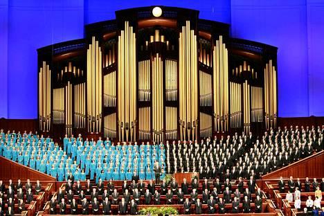 Valtava kuoro laulaa mormonien vuosittaisessa yleiskokouksessa Salt Lake Cityssä. Kaksi republikaanien presidenttikilvan ehdokkaista on mormoneja, Massachusettsin entinen kuvernööri Mitt Romney ja Utahin entinen kuvernööri Jon Huntsman.
