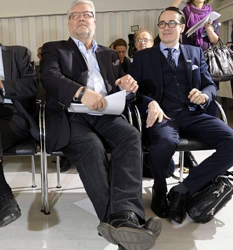 Harri Syväsalmi ja ministeri Carl Haglund kuuntelivat 5. joulukuuta selostusta Olympiastadionin korjaussuunnitelmista.