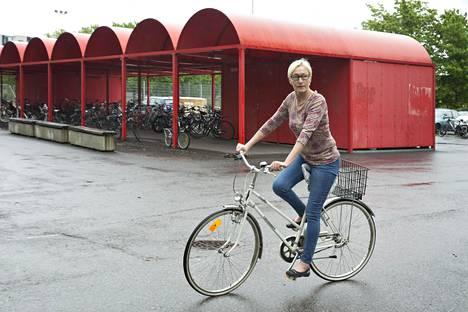 Virolaisten koulujen pihat ovat opettajien parkkipaikkoja, eivätkä koululaiset vietä välituntia ulkona, Vantaalla viroa opettava Tiina Maripuu kertoo.