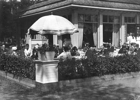 Ihmisiä Lauttasaaren kasinon terassilla noin vuonna 1918. Kuvassa vasemmalla Julius Tallberg ja hänen vaimonsa Alli.