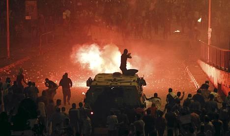 Mellakkapoliisi ampui kumiluoteja muslimiveljeskunnan jäseniä ja Egyptin syrjäytetyn presidentti Muhammed Mursin kannattajia kohti Ramsesin aukiolla lähellä Tahririn aukiota Kairossa sunnuntaina.