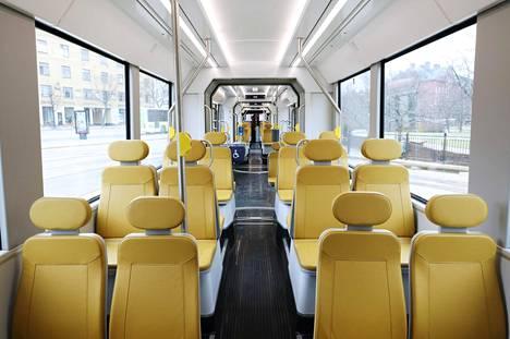 Pikaraitiovaunussa on yhteensä 78 istumapaikkaa ja noin 136 seisomapaikkaa.