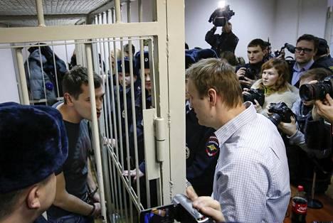 Aleksei Navalnyi keskusteli vankihäkkiin suljetun Oleg-veljensä kanssa Moskovassa pidetyssä oikeuden istunnossa joulukuussa 2014.