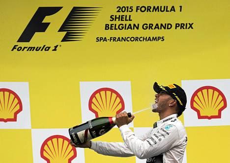 Lewis Hamilton nousi idolinsa Ayrton Sennan rinnalle noustuaan nyt 80. kerran urallaan palkintopallille.