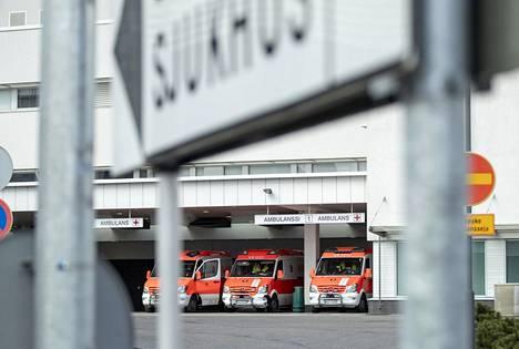 Sairaalahoidossa olevien koronapotilaiden määrä ei ole lähtenyt Suomessa jyrkkään nousuun. Ambulansseja Turun yliopistollisen keskussairaalan edustalla huhtikuun alussa.