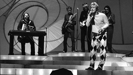 Riki Sorsa edusti Suomea Euroviisujen finaalissa vuonna 1981. Mukana yhtyeessä oli myös kitaristi Jukka Orma (kolmas vas.).