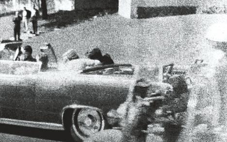 """""""Halusin nähdä, mitä Jackie Kennedyllä oli päällään"""", selittää HS:lle murhasta kuuluisan valokuvan ottanut Mary Krahmer, silloin Moorman. Luoti on juuri osunut presidenttiin. Päivä oli 22. marraskuuta vuonna 1963."""