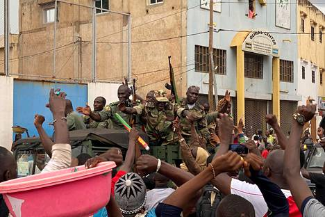 Oppositiota tukevat ihmiset hurrasivat, kun aseistetut sotilaat saapuivat Bamakon keskustaan tiistaina.