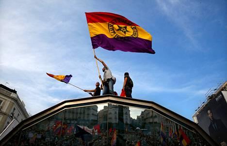 Monarkiaa vastustavat mielenosoittajat heiluttivat maanantaina Madridissa Espanjan sisällissodan aikaisia tasavallan lippuja.