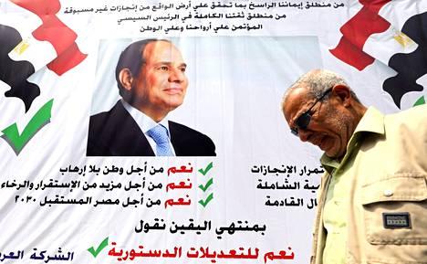 """Mies käveli huhtikuun puolivälissä ohi julisteen, joka kehotti äänestämään """"kyllä"""" presidentti Abdel Fattah al-Sisin ajamalle perustuslain muutokselle."""