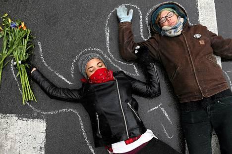 Kuollutta esittäneet mielenosoittajat makasivat maassa St. Louisissa Yhdysvaltain Missourissa. He muistuttivat 18-vuotiaasta Michael Brownista, jonka poliisi ampui Fergusonissa 9. elokuuta. Grand jury päättää piakkoin, nostetaanko tapauksesta syyte laukaukset ampunutta Darren Wilsonia vastaan. Grand jury on maallikoista koostuva lautakunta.