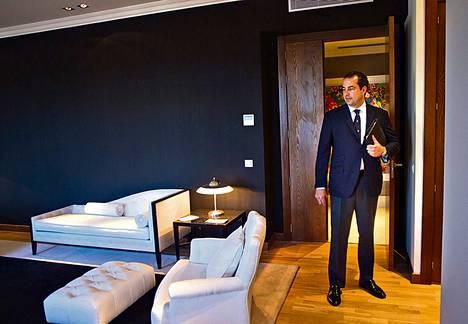 Luksusasuntoja välittävä Juan Antonio Rojo esittelemässä välittämäänsä kohdetta Madridin ylellisessä Salamancan kaupunginosassa.