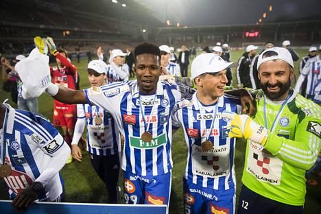 Macoumba Kandji (kesk.) juhlimassa Veikkausliigan mestaruutta kaudella 2014 HJK:n paidassa.