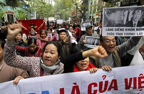 Vietnamilaiset osoittivat mieltään Kiinaa vastaan Hanoissa sunnuntaina.