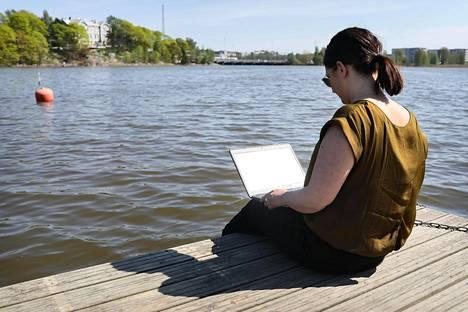 Toimittaja Pauliina Jokinen kirjoitti jutun toimistotyöläisen ulkoilusta ulkona, tietenkin.