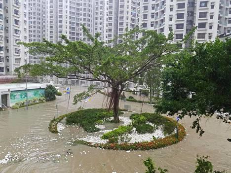Kerrostalojen piha-alue oli tulvaveden alla Heng Fa Chuenin alueella Hongkongissa sunnuntaina.