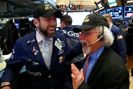 Osakevälittäjät iloitsivat New Yorkin pörssissä osakkeiden historiallisesta kallistumisesta.