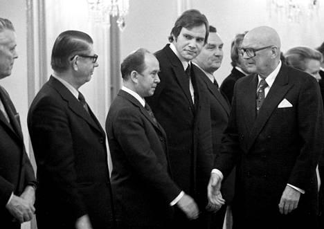 """Presidentti Urho Kekkonen (oik.) kutsui puolueiden puheenjohtajat presidentinlinnaan """"runnaamaan"""" kokoon enemmistöhallituksen marraskuussa 1975. Kuvassa kättelyrivissä vasemmalta Paavo Aitio, Aarne Saarinen, Ele Alenius ja Paavo Lipponen."""