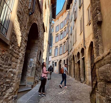 Vaihto-opiskelijat kävelivät turisteista tyhjentyneessä Bergamossa maanantaina. Kuvassa Viivi Ankelo, Vicente Solis ja Eero Sallinen.