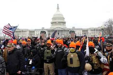 Äärioikeistolaisen Proud Boysin jäsenet tekivät käsillään eleen, joka tarkoitti valkoihoisten valtaa Yhdysvaltain kongressitalon edessä pidetyssä mielenosoituksessa keskiviikkona Washingtonissa.