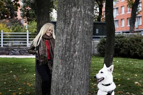 Annastiina Hintsa toteuttaa oppejaan työhyvinvoinnista pitämällä esimerkiksi kävelypalavereita, joihin lähtee mukaan myös hänen koiransa Ghost.