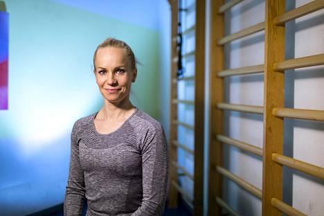 Riina Laaksonen aloitti erkauman kuntoutuksen pienin liikkein keittiössä ruokaa laittaessaan.