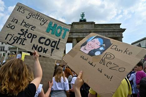 Youtube-postauksellaan suursuosion saannutta Rezoa kiitettiin ilmastomielenosoituksessa heilutetussa kyltissä Berliinissä perjantaina. Toisessa kyltissä vaadittiin hiilenpolton lopettamista.