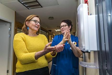 Palvelupäällikkö Toini Kärenlampi ja sairaanhoitaja sekä hygieniavastaava Tarja Airaksinen desinfioivat käsiään Intiön hoivakodissa Oulussa.
