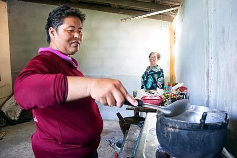 """Athitaya """"Jom"""" Srisamor kotikylässään Udon Thanin läänissä. Kuvassa myös hänen äitinsä Boonbeng Srisamor."""
