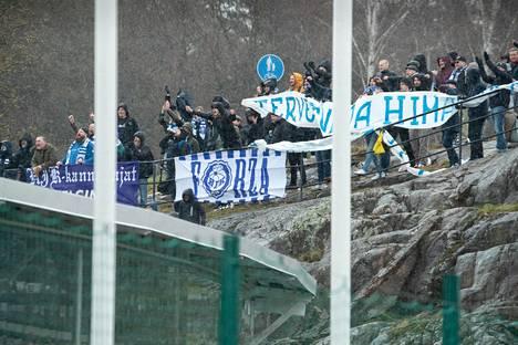 HJK-fanit kentän viereisellä kalliolla olivat tyytyvisiä.